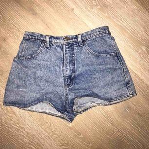 Blåa stentvättade shorts. Oanvända och i bra skick.