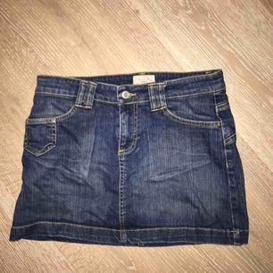 Lågmidjad mörkblå jeanskjol. Oanvänd och i bra skick