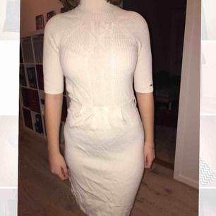 Vit stickad Tommy Hilfiger klänning med polo krage. Oanvänd och i bra skick