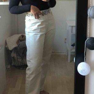 Row jeans från weekday. Köpt på Plick och tidigare säljares bilder, jätte fina byxor som tyvärr är för stora, därför jag säljer dem. Priset kan diskuteras 💕