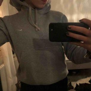 Grå Nike hoodie i fint skick, säljer pågrund av att jag inte använder den. Storlek s Köparen får stå för frakt 💕