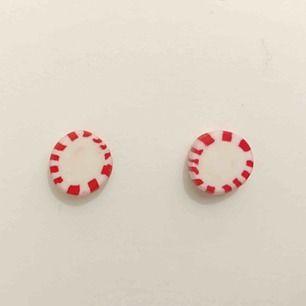 Handgjorda örhängen i form av polla-godisar. Diametern är 10mm. Nickelfria. Går även att få som halsband, nyckelring och berlock. Jag bjuder på frakten🥰
