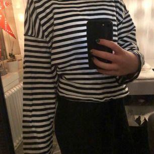 Svart/vit randig tröja, använder inte längre därför säljer jag den. Köparen står för frakt 💕💕💕