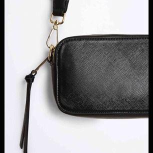 Väska som är super fin och en bra storlek❤️  (Säljer ett band till den oxå om man vill köpa de men anars kan man köpa båda för 300 sammanlagt vilket blir billigare❤️)