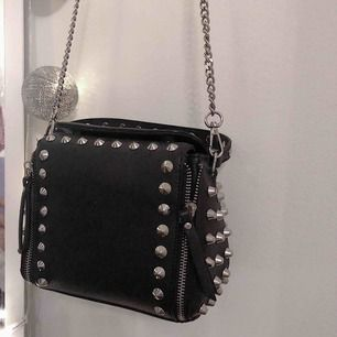 Snygg väska med nitar från Zara. Lika snygg utan band som med. Frakt (50kr). Nypris 449kr