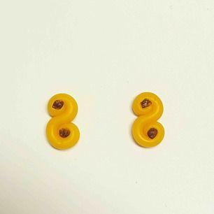 Handgjorda små örhängen i form av lussekatter. De är 12mm höga och 6mm breda. Finns även i större modell på min sida. Nickelfria. Går även att få som halsband, nyckelring och berlock. Jag bjuder på frakten🥰