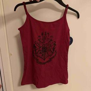 Helt nytt Harry Potter linne med tags kvar. Aldrig använt.  Storlek M men funkar på S också  Fraktar endast! 20kr