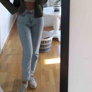 Mom jeans från Gina Tricot, endast använda ett fåtal gånger så skicket är som nytt!