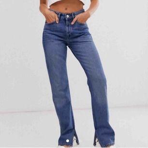 Supersnygga jeans med slits från Monki i strl 28💕 köpta hör på plick men är förstora på mig så nu säljer jag vidare😊 Lägger ut samma byxor igen för det var en oseriös köpare