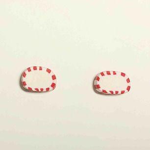 Handgjorda örhängen i form av ovala polka-godisar. De är 7mm höga och 11mm breda. Nickelfria. Går även att få som halsband, nyckelring och berlock. Jag bjuder på frakten🥰