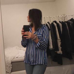 En blå/vit randig blus från Gina Tricot. Har ej kommit till så mycket användning.