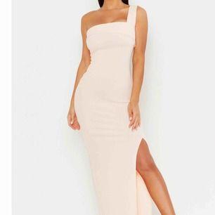 Super snygg enaxlad långklänning med slits som tyvär inte kommit till användning Betalningssätt:Swish Kan mötas upp men även frakta