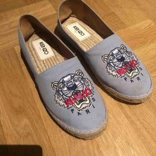 Skorna är använda en gång. Köpta på jackie men från kenzo och Ny pris är:1600kr🥰 Priset går att förhandla.