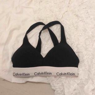 En Calvin Klein topp med vaddering. Säljer på grund av att den blivit för liten, den är inte heller använd så många gånger.