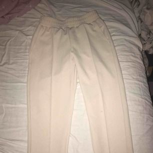 Jätte fina beigea kostym byxor från gina storlek S , tredje bilden är lånad från en annan här på Plick för att ni ska se hur dom sitter på dock inte samma färg som på modellen