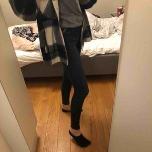 High-rise jean legging från Hollister. Knappt använda, som nya. Vet dock inte vilken storlek det är då jag klippte bort lappen (se bild 2), men passar mig som har xs-s, 170cm lång