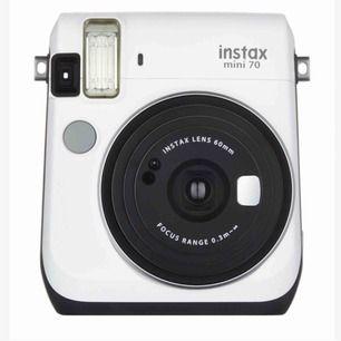 Säljer min vita polaroidkamera Instax Mini 70, pga att jag har fler. Använd men fungerar precis som ny. Ingår inte film, men kan lägga till 10st för 70kr. Perfekt julklapp till din kompis eller dig själv!