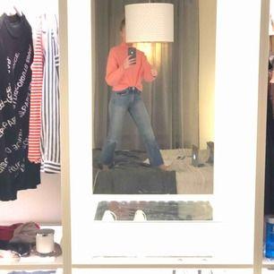 Korta, utsvängda jeans från rag & bone. Jättefina och sjukt sköna, men gillar inte längden på mig. Kan frakta eller mötas upp i Stockholm :)
