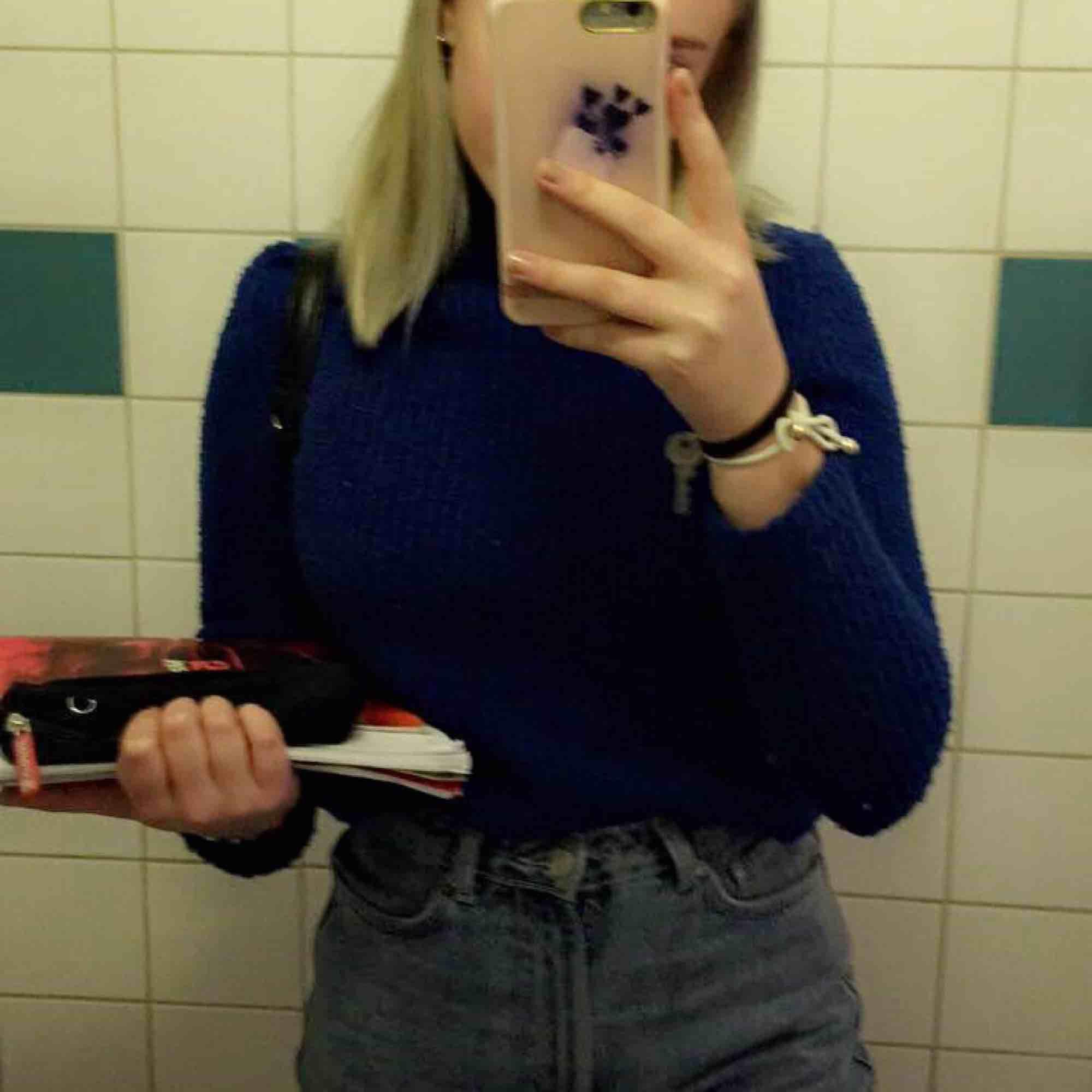 Super fin, blå stickad tröja med polokrage. Kommer inte ihåg vart den är köpt. Bra skick!❤️. Stickat.