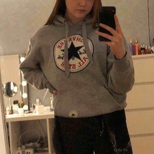 Jätte jätteskön hoodie från converse, tror dock att den är fake, fick den av en kompis 💕 30kr + frakt = 50kr