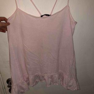 Fint rosa linne med spetts kant längst ned. Aldrig använd.
