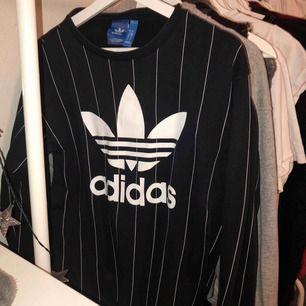 Mörkblå sweatshirt från Adidas. Mycket bra skick. Köparen står för frakten