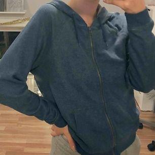 Mjuk och skön hoodie från crocker. Använd men i fint skick. Superfin blå färg och bra dragkedja. Passar mig som vanligtvis bär XS/S. Vid köp av flera plagg samfraktar jag, så in och kika!💕