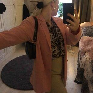 Säljer denna kappa/ kostym från monki i rosa med knappar