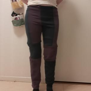 Återbruk, mjukisbyxor sydda av 2 sweatshirts. Tryck bak på ena benet.  Frakt ingår i priset.