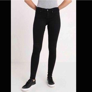 De populära jeansen från Gina Tricot, bra skick! Säljer då jag har 2 par likadana😊 Frakten är inräknad i priset!