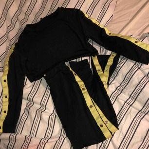 Set som tyvärr aldrig kommit till användning, så i nyskick. Både byxorna och tröjan går att knäppa upp så mycket man vill! Frakten är inräknad i priset 😊