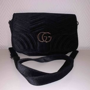 Väska som är oanvänd.  Det står GG på den, vilket betyder Gucci Gang men det är bara de. Inget speciel Frakten kostar 63kr
