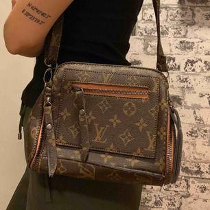Louis Vuitton axelväska. Helt ny!  Riktigt bra kvalité. (Bra kopia)  —— OBS: KÖPAREN STÅ FÖR FRAKTEN!