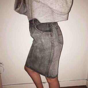 Fantastisk vintage-kjol köpt i Italien🥰. Hög i midjan, storlek S. Dragkedjan är lite trasig, se sista bilden, men fungerar utmärkt ändå och man kan med fördel sätta i ett gem eller liknande så blir den komplett igen. Köparen står för frakt💕.