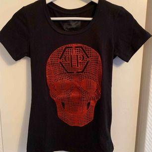 Helt ny Philipp Plein T-shirt för tjejer.  Storlek S  OBS: KÖPAREN STÅ FÖR FRAKTEN!