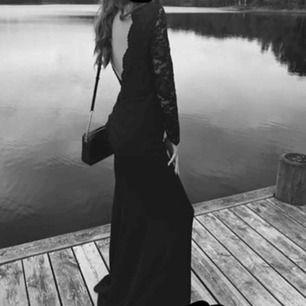Marinblå Balklänning från Nelly  Storlek: 36/S  Öppne rygg, fina spetsdetailjer fram och bak Använd 1 gång