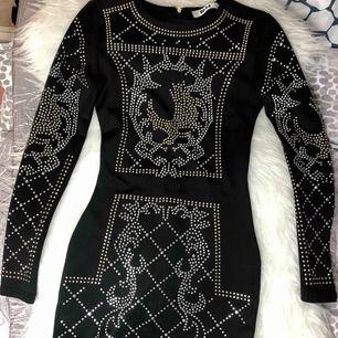 Nyårsklänng/festklänning från DM RETRO Storlek: 34/XS men passar som S Nitar över hela klänningen. Använd två gånger