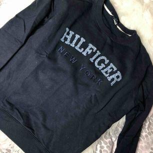 Marinblå Tommy Hilfiger Sweatshirt Köpt för 900kr  Använd några gånger (cirka 5 gånger) Bra skick!