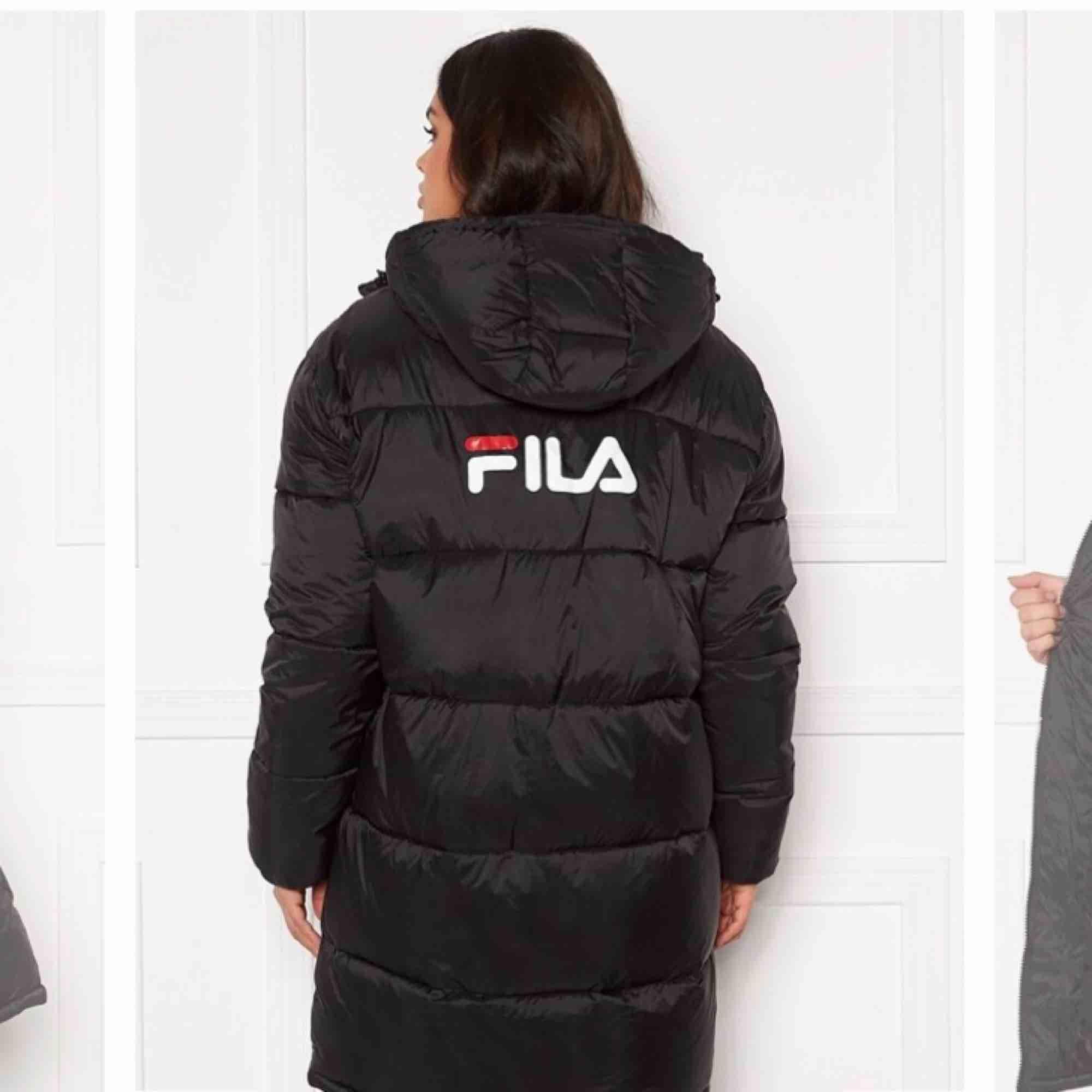 Säljer min fila jacka som är unisex och köpt för 1599kr för ungefär 1 månad sedan. Använd endast en gång. Den är ganska oversized så skulle säga den passa alla från stor M-XL. Beroende på hur man vill att den sittee på dig.. Jackor.
