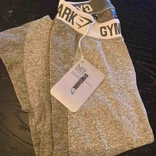 Säljer mina nya jättefina tights från gymshark i färgen khaki/sand, då de inte riktigt passade min kroppsform!   Endast provade och därför sitter prislappen fortfarande kvar! Köpta för 550:-  Strl. XS (tyg i stretch)
