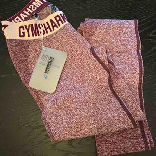 Säljer mina nya jättefina tights från gymshark i färgen Dark Ruby Marl/Blush Nude, då de inte riktigt passade min kroppsform!   Endast provade och därför sitter prislappen fortfarande kvar! Köpta för 550:-  Strl. XS (tyg i stretch)