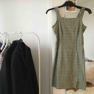 Jättefin klänning som jag har köpt second hand. Kommer dock inte till användning. Storlek saknas men sitter som en smäck på mig som är storlek 34! Har några lösa trådar och gått upp i sömnen i slitsen, men borde gå att fixa till enkelt. Exklusive frakt!