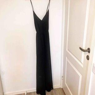 Svart snygg klänning från VeroModa. Storlek M, korsad snyggt på baksidan av ryggen. Använt två gånger i ett fåtal timmar.