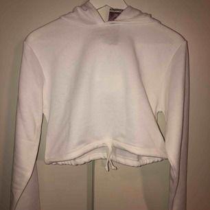 vit croppad oanvänd hoodie från boohoo