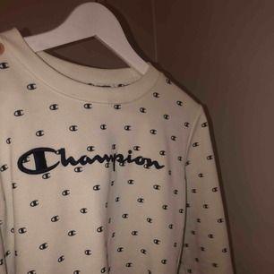 Champion tröja i storlek S, köptes för 300kr. Använd fåtal gånger och är i bra skick! Snygg och passar till allt. Skriv till mig om du har några fler frågor!
