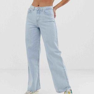 Säljer dessa jeans ifrån missguided, nypris ca 500kr. Frakt tillkommer, vanlig 60kr eller spårbar ca 80kr. Sitter svin snyggt på men aningen för långa på mig som är 156cm.