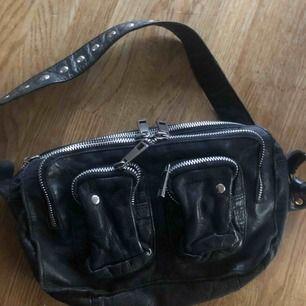 Supersnygg läderväska från NuNoo bags, använd flitigt men ändå i bra skick. Axelrem tillkommer till väskan. (Nypris 1400kr)