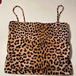 Ett leopard linne från Gina Tricot, lite småslitet. Säljes pga använder inte längre!💗