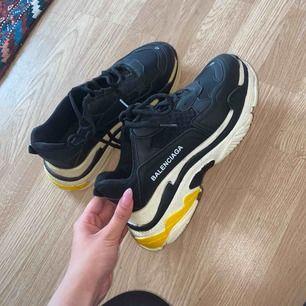Jätte fina balenciaga skor storlek 40 passar även 39 då de är små i storleken. Vet inte om de är äkta. Använda 2 gånger. Pris kan diskuteras vid snabb affär ☺️🤘🏾