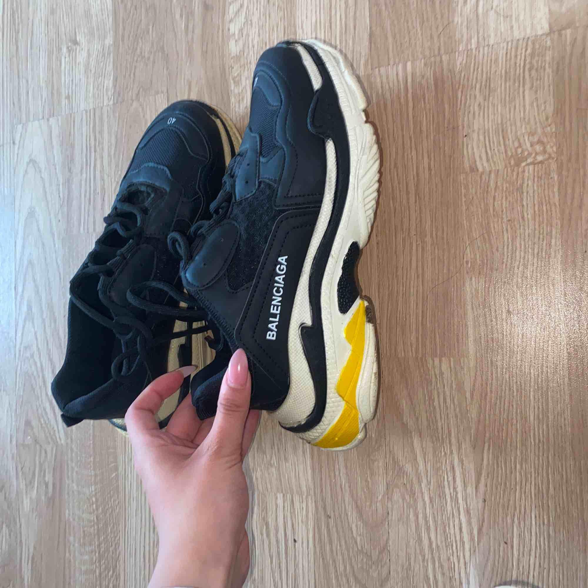 Jätte fina balenciaga skor storlek 40 passar även 39 då de är små i storleken. Vet inte om de är äkta. Använda 2 gånger. Pris kan diskuteras vid snabb affär ☺️🤘🏾. Skor.